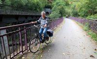 De oude spoorbrug, zo'n 25 jaar geleden een bouwval zonder hekjes...