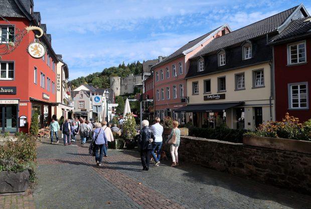 Zomerse drukte in het voetgangersgebied van Bad Münstereifel.