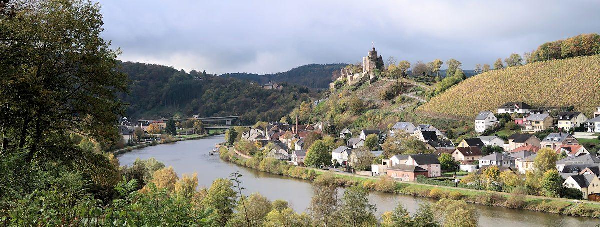 Uitzicht op het stadje Mettlach vanaf de weg langs de rivier.