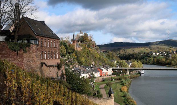 Saarburg aan de Saar, met de kerk en burcht op de achtergrond.