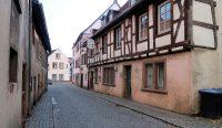 Een straatje met dichtgetimmerde horecapanden in de Altstadt van Ottweiler...