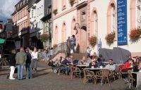 Goed bezochte terrasjes in de binnenstad van Sankt Wendel.