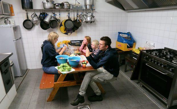 In de keuken worden voorbereidingen getroffen voor een eenvoudige vrijdagavond-maaltijd.
