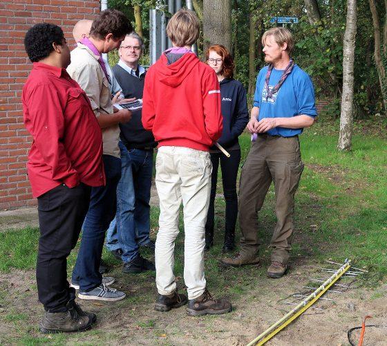 Joris (rechts) instrueert de scouts (en stamleden) over het gereedmaken van de antenne.