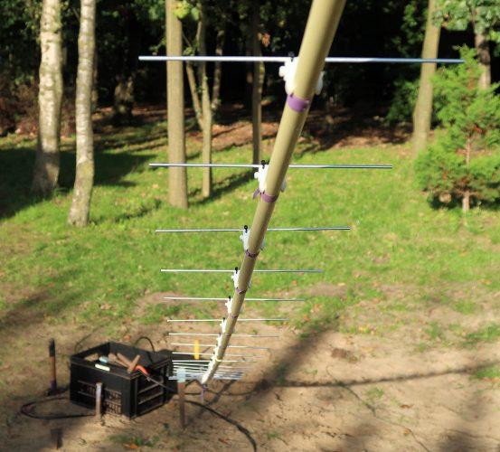 Het achterste gedeelte van de antenne van dichterbij.