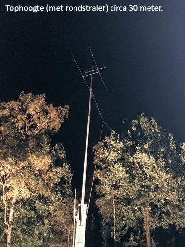 De mast staat weer overeind, nu circa 30m hoog!