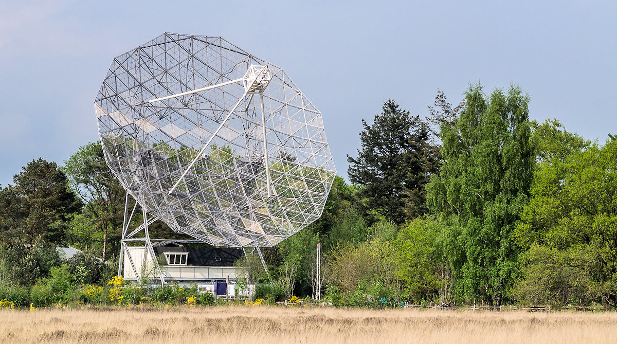 De radiotelescoop in Dwingeloo, met 25m doorsnede ooit de grootste ter wereld, gaat proberen onze signalen op te vangen! [Foto Veron]