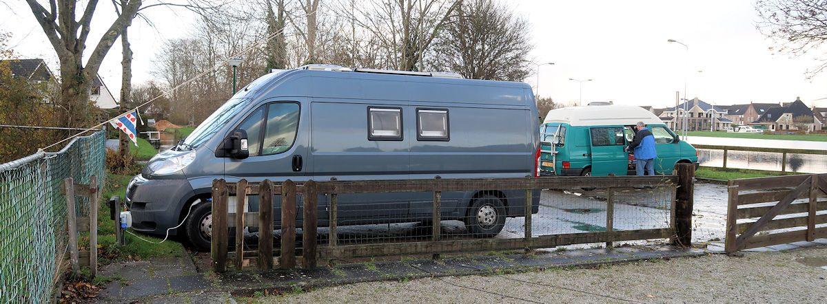 Op de camperplaats in IJlst, de auto aan de stroom! Het Friese vlaggetje zit aan een tuidraad zodat er niet iemand tegenaan loopt...