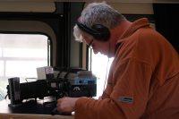 Joeri, druk bezig met verbindingen proberen te maken in de 40-meterband (rond 7.100 KHz.)