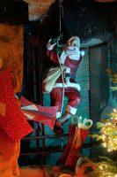 Deze kerstman hangt dus onderin de put van de camping!