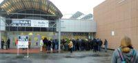 Voor de hal nummer 7 in Dortmund (telefoon-foto).