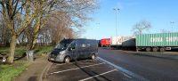 Lunchpauze langs de snelweg. Het is niet druk, alle vrachtauto's staan nog stil.