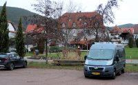 Overnachtingsplek tegenover het hotel. De picknickset biedt plaats aan 14 tot 16 personen...