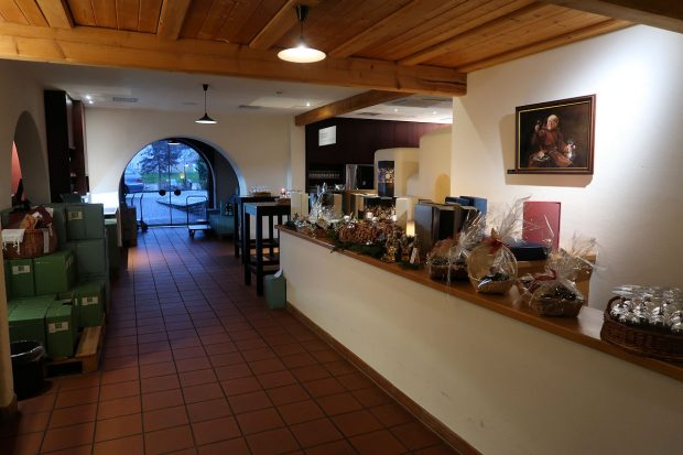 De entree van de wijnkelder, zichtbaar vanaf de camper (andere foto).