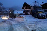 Het steile weggetje tussen camping en dorp. De VW-camper onderaan werd even later met een tractor de gladde helling opgetrokken!