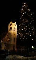Kerstboom en kerktoren van Riezlern.