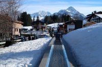 Bij aankomst in het skigebied met de lopende band de heuvel op.