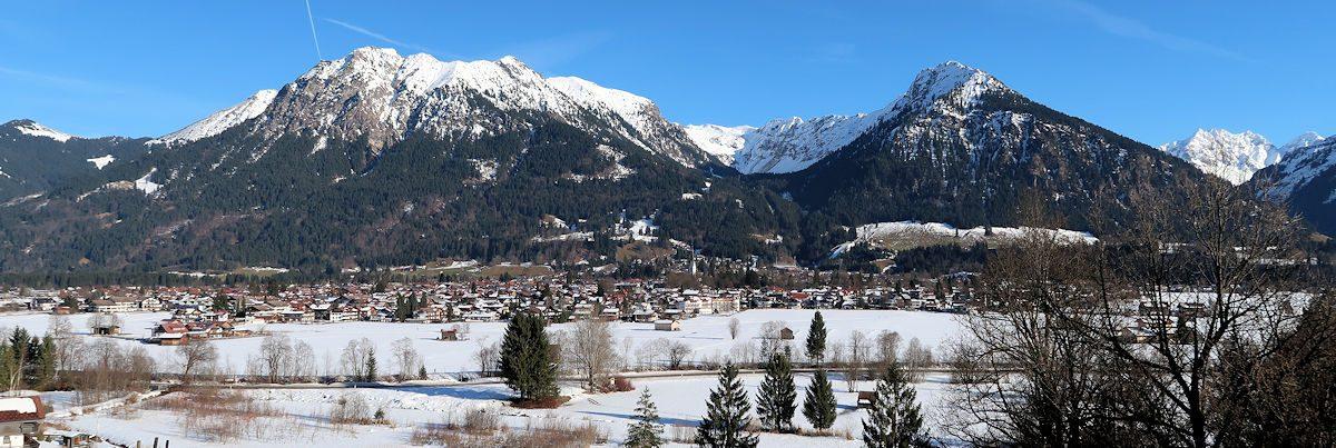 Oberstdorf. Herkenbare punten: de kerktoren en rechts daarvan de springschanzen op de achtergrond.