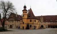 Het keukengebouw temidden van de voormalige middeleeuwse ziekenhuisgebouwen.