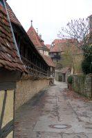 Wandelen langs de middeleeuwse stadsmuur.