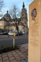 Een Nederlandstalig monument, de auto, daarachter de Dom van Fulda.