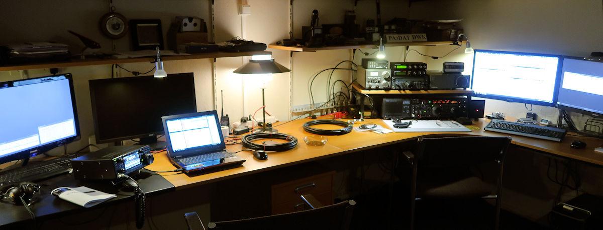 De opstelling voor de PACC: links Femma, IC-7300, spraak. Rechts Aloys, FT1000mp Mark V en telegrafie.
