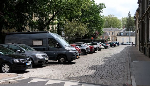 Een parkeerplaats in het centrum van Reims, bij de kathedraal.