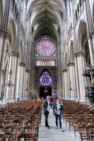 De kathedraal is groot, vooral erg lang.