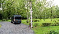 Op de camping, maar niet op het gras vanwege gevaar van wegzakken...
