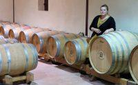 Marianne geeft uitleg over het proces van wijnmaken.