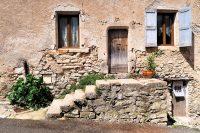 Mij viel de middeleeuwse stenen omlijsting van de deur op. Dat zag je bij meerdere huizen.