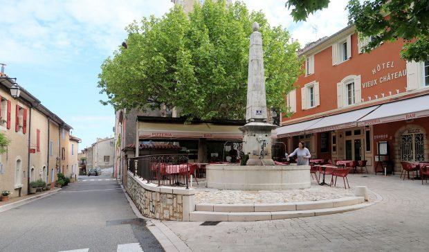 Op het dorpspleintje zijn de eerste terrasjes al open...