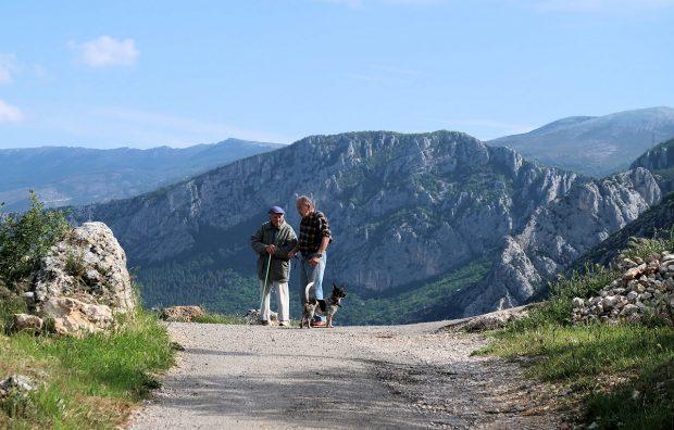 Op de terugweg naar de camping, twee mannen staan te keuvelen.