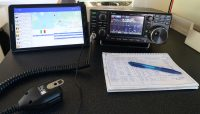 Mijn tablet met het cluster (links), de IC-7300 rechts.