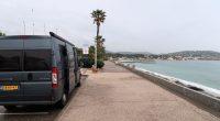 Lunchpauze op een parkeerstrook langs zee.