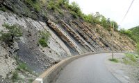 Deze sedimentlagen zijn ooit horizontaal ontstaan in stromend water. Geologisch interessante natuur!