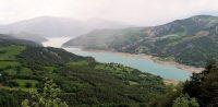 Het Lac de Serre-Poncon, een groot en bekend stuwmeer.