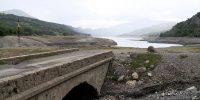 Een brug uit andere tijden, drooggevallen door de lage waterstand van het stuwmeer!