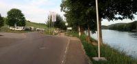 De camperplek (links) aan de Rijn. De rechteroever is Zwitserland.