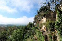 Montfort ligt op de rand van een plateau en kijkt uit over het dal van de Dordogne in de diepte.