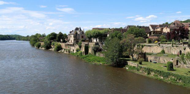 Het dorpje Lalinde langs de Dordogne.