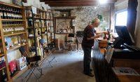 In het winkeltje van de wijnboer. Armagnac proeven!