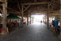 De dorpsstraat loopt door de prachtige, 16e eeuwse markthal.