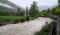 Woest stromende rivier. Smeltwater van de warme dagen of regenwater van afgelopen nacht? De combinatie waarschijnlijk.