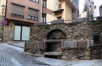 Een eeuwenoud watertappunt gebouwd rond molenstenen.