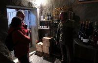 Wijnproeven in de wijnkelder...