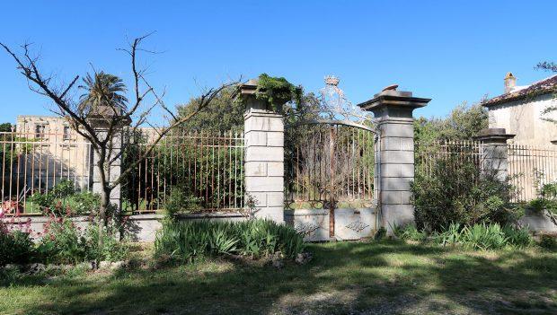 Het afgesloten hek aan de voorkant van het chateau.