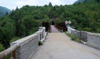 Het oude spoortraject, spoorbrug en tunnel: nu een fiets/wandelpad.