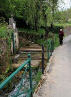 De bron met kristalhelder water.