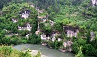 Een mini-dorpje, met een kasteelruïne erboven.